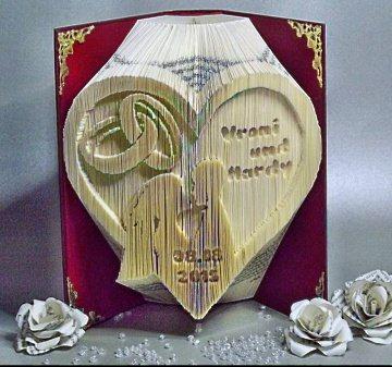 Gefaltetes Buch Herz mit Ringe und Brautpaar, Namen und Datum NUR AUF BESTELLUNG