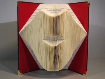 Ein Mund, gefaltet in ein Buch, eine sehr dekorative Skulptur.