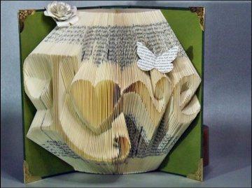 Eine Liebeserklärung der besonderen Art:  Gefaltetes Buch mit dem Wort Love