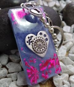 handgefertigter Schlüsselanhänger lila mit Herz und Perlen - Handarbeit kaufen