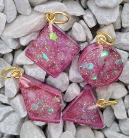 Set aus 4 kleinen Resin Anhängern , rosa glitzernd - Handarbeit kaufen
