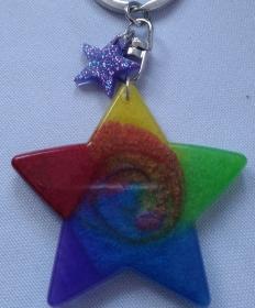 Sternanhänger in Regenbogenfarben für Schlüssel oder Tasche - Handarbeit kaufen