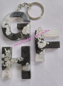 Buchstaben Schlüsselanhänger schwarz/weiß/silber - Handarbeit kaufen