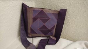 kleine Tasche aus Leder in Lilatönen gemustert