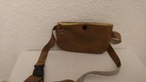 Gürteltasche aus Leder für ein Handy in hellbraun mit Druckknopf - Handarbeit kaufen