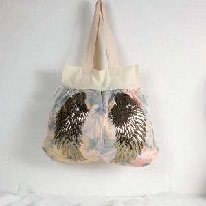 Handgenähte Tasche aus pastell farbigem Stoff mit großem Flügelmotiv, Handtasche - Handarbeit kaufen