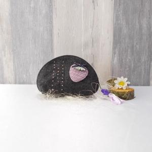 Universaltäschchen, kleine Tasche, Mäppchen, grau aus Filz, Erdbeere - Handarbeit kaufen