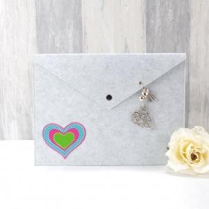 Dokumententasche, Universaltäschchen, Filz hellgrau mit bunten Herz und Herzanhänger - Handarbeit kaufen