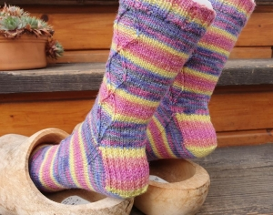 Socken Gr. 38-39 handgestickt von NahtundMasche in fröhlicher Farbkombination - Handarbeit kaufen