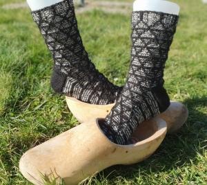 Socken handgestrickt Schwarz weiß gestrickt für Gr. 39-40 Kuschelsocken von NahtundMasche - Handarbeit kaufen