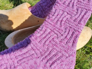 Gestrickte Socken in violett meliert mit langem Schaft, Gr. 39/40 handgestrickt von NahtundMasche - Handarbeit kaufen