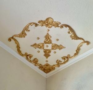 Traumhafte Stuck Ecke für die Decke in weiß, gold, silber.. Variante 18 - Handarbeit kaufen