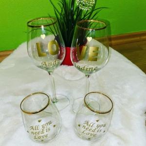 Edle Personalisierte Weingläser mit passenden Wasserglas in Gold Valentinstagsgeschenkidee