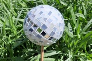 Glasmosaik Rosenkugel grau weiß 11cm Pflanzenstecker Mosaik Tiffanyglas Gartendeko - Handarbeit kaufen