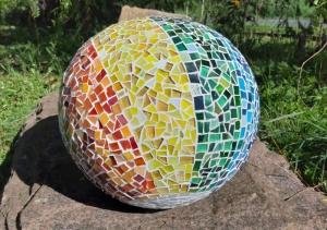 Mosaik Kugel 30cm Regenbogen Dekokugel Regenbogenfarben farbverlauf Gartendeko bunt - Handarbeit kaufen