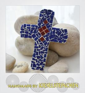 Kreuz mit Mosaiktechnik in blau