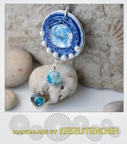 Halskette aus einer Kaffeekapsel in blau mit Glasnugget