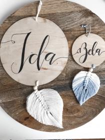 Namensschild mit Makrame Feder in deiner Wunschfarbe mit deinem Wunschtext in den Größen 10 x 20cm oder 20 x 40cm (Geschenk, Geburt, Kinderzimmer, Babyzimmer, Holzschild, Deko)