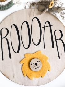 Namensschild Leo Löwe 20cm Durchmesser personalisierbar gelb, braun oder ockerfarbener Löwe (Namensschild, Holzschild, Türschild, Deko, Hochzeit, Geburt,Taufe, Kinderzimmer, Babyzi