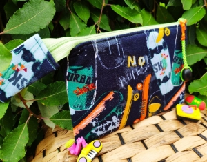 Stiftemäppchen aus Sweatstoff und Baumwolle im Skateboard Design für coole Kids. In Größe 19x13,5cm. Bietet Platz für Stifte, Lineale, Radiergummis etc. Oder andere Schätze - Handarbeit kaufen