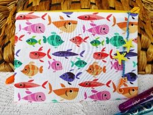 Stiftemäppchen für kleine und große Fischfans, genäht aus Baumwollstoff mit bunten Fischen und Jeansstoff. Diese kleine Tasche hat eine Größe von ca 19x14 cm und bietet nicht nur - Handarbeit kaufen
