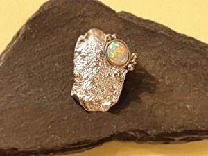 Kettenanhänger mit Weißem Opal / geschmortes Silber - Handarbeit kaufen