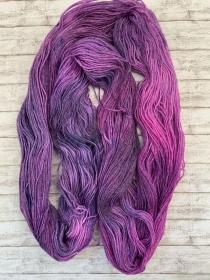 Handgefärbtes Garn in schimmernden lila: Wolle und Tencel