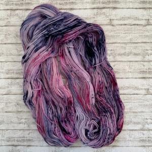 Handgefärbte Wolle aus Merino und Polyamid (Fingering Weight) in verspielten Lila Tönen und Speckles