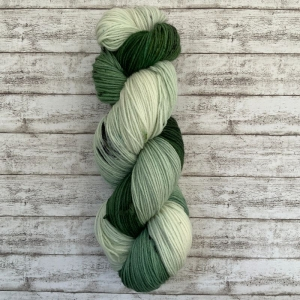 Cozy Sock: Handgefärbte weiche Sockenwolle (Fingering Weight) in grünem Farbverlauf