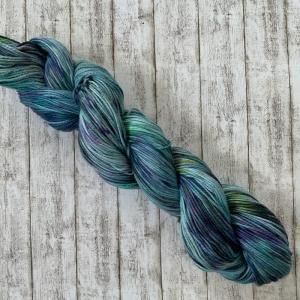 Soft Cotton: Handgefärbes weiches Baumwollgarn in düsteren Blautönen und bunten Farbakzenten - Handarbeit kaufen