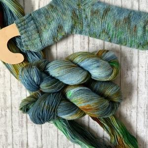 Fröliche Sockenwolle: Handgefärbte Sockenwolle Morgengrauen