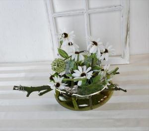 modernes Tischgesteck in weiß in grüner Glasschale, Tischdekoration, Gesteck