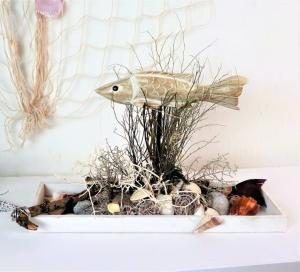 Tischgesteck maritim, mit Holzfisch, Sommerdeko, Gesteck länglich - Handarbeit kaufen