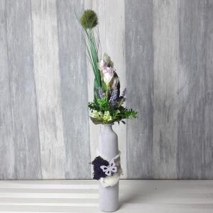 moderne Tischdeko in lila Glasflschen-Vase, Tischgesteck - Handarbeit kaufen