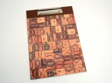 Klemmbrett DIN A4 Buchstaben als Schreibunterlage Buchbindehandwerk von Pappelapier - Handarbeit kaufen