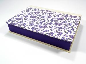 Schachtel mit Klappdeckel Streublumen lila Buchbindehandwerk von Pappelapier - Handarbeit kaufen
