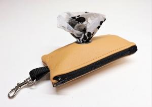 Kotbeutelspender, genäht aus Leder, ocker - Handarbeit kaufen