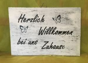 Holzschild mit Spruch, Herzlich Willkommen - Handarbeit kaufen