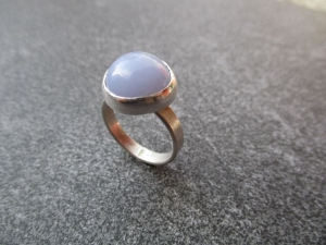 Handgefertigter Silberring mit einem ca. 14 mm großen hellblauen Chalzedon im Freischliff - Handarbeit kaufen