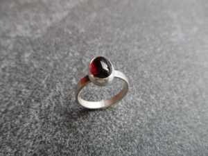 Handgefertigter Silberring mit einem ca. 10x8 mm großen roten Granat im Freischliff