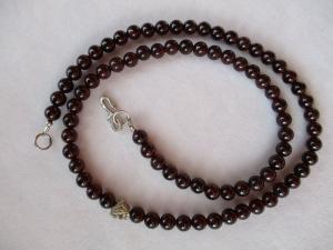 Halskette aus roten Granat Perlen mit einem handgefertigten Hakenverschluss aus Silber - Handarbeit kaufen