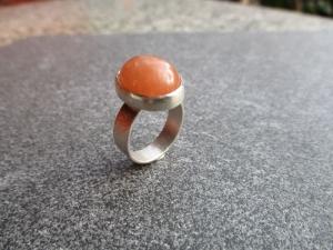 Silberring mit einem ca. 16x12 mm großen schönen orangem Chalzedon mit Freischliff - Handarbeit kaufen