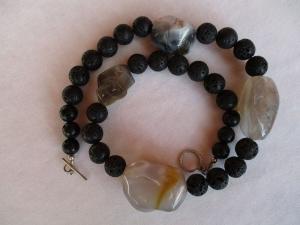 Halskette aus Achat und Lava mir handgefertigtem Knebelverschluss aus Silber - Handarbeit kaufen