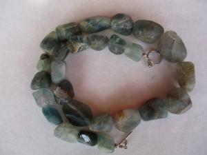 Halskette aus Fluorit mit einem handgefertigten Knebelverschluss aus Silber - Handarbeit kaufen