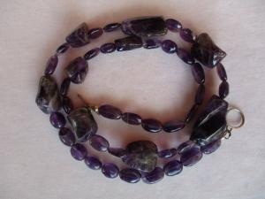 Halskette aus Amethyst mit einem handgefertigten Knebelverschluss aus Silber - Handarbeit kaufen
