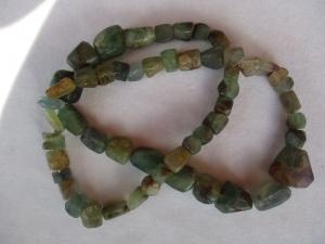 Halskette aus frei geschliffenen Fluorit Perlen, die Kette ist geschlossen - Handarbeit kaufen