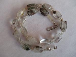 Halskette aus Bergkristall mit einem handgefertigten Hakenverschluss aus Silber - Handarbeit kaufen