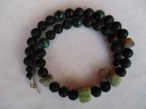Halskette aus Lava und gemischten Steinen mit einem Handgefertigten Knebelverschluss aus Silber - Handarbeit kaufen