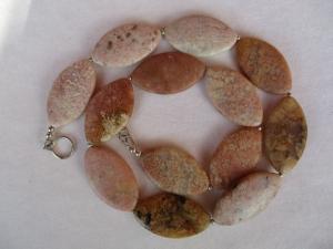 Halskette aus rosa Chalcedon Gestein mit einem Handgefertigten Knebelverschluss aus Silber - Handarbeit kaufen
