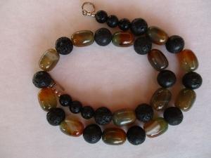 Halskette aus Achat und Lava mit einem Knebelverschluss aus Silber - Handarbeit kaufen